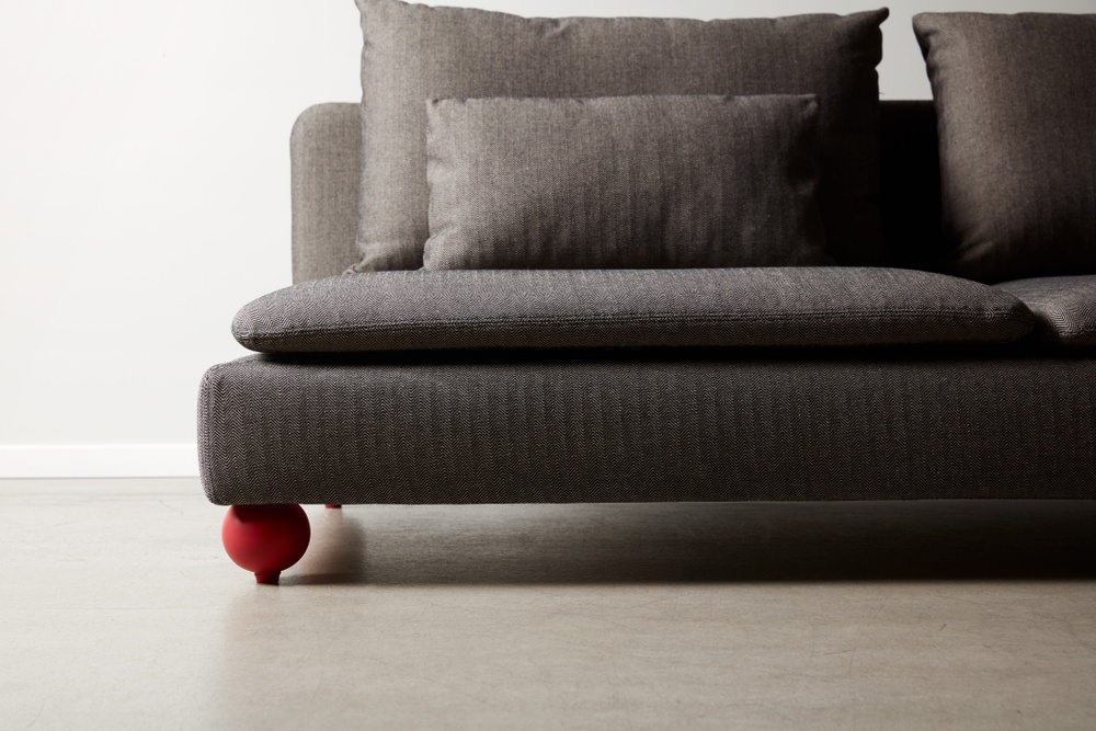 Bemz cover for IKEA Söderhamn sofa in Jet Black / Sand Beige Brinken Herringbone. Maxwell Ryan x Bemz by Apartment Therapy legs, model: Basil 10cm in Balzac Red.