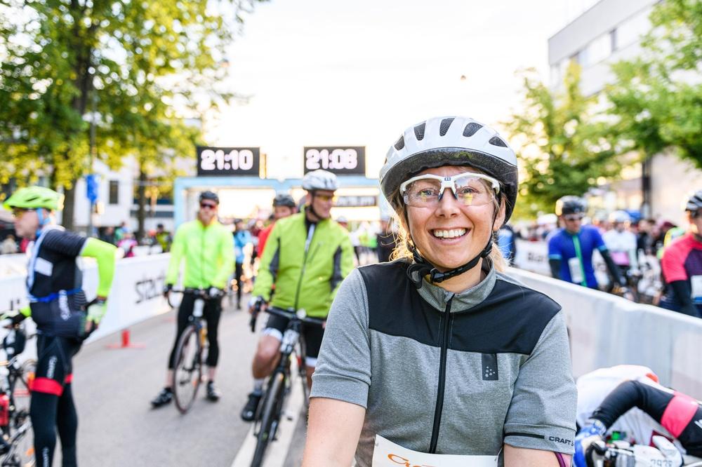 """På fredagskvällen går starten för Vätternrundan. """"Det blir en magisk känsla att se cyklisterna ge sig i väg från torget i Motala igen,"""" säger Vätternrundans vd Oskar Sundblad."""