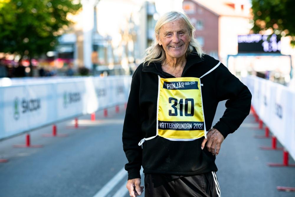 Stig Johansson är den ende som har cyklat samtliga Vätternrundor sedan starten 1966. På fredagskvällen gav han sig ut på sin 56:e runda.