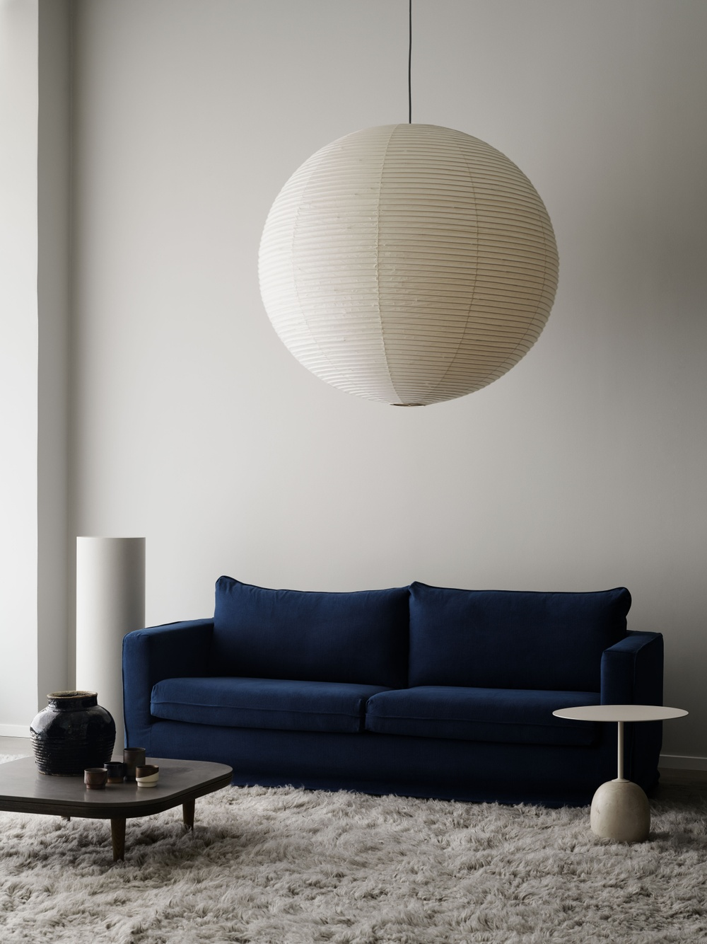 Bemz Loose Fit cover for IKEA Karlstad sofa, fabric: Simply Linen Navy Blue. Styling: Annaleena Leino. Photography: Kristofer Johnsson