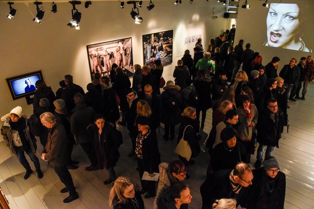 Besökare i utställningen id:TRANS på Kulturen i Lund 2019. Foto: Viveca Ohlsson, Kulturen