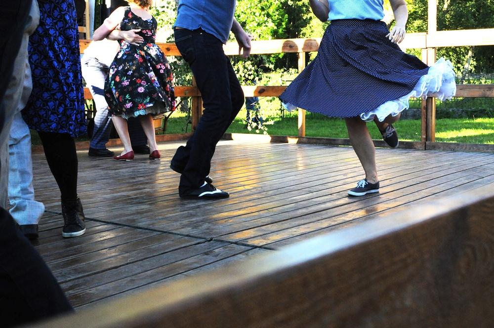 Människor i rörelse på dansbana.