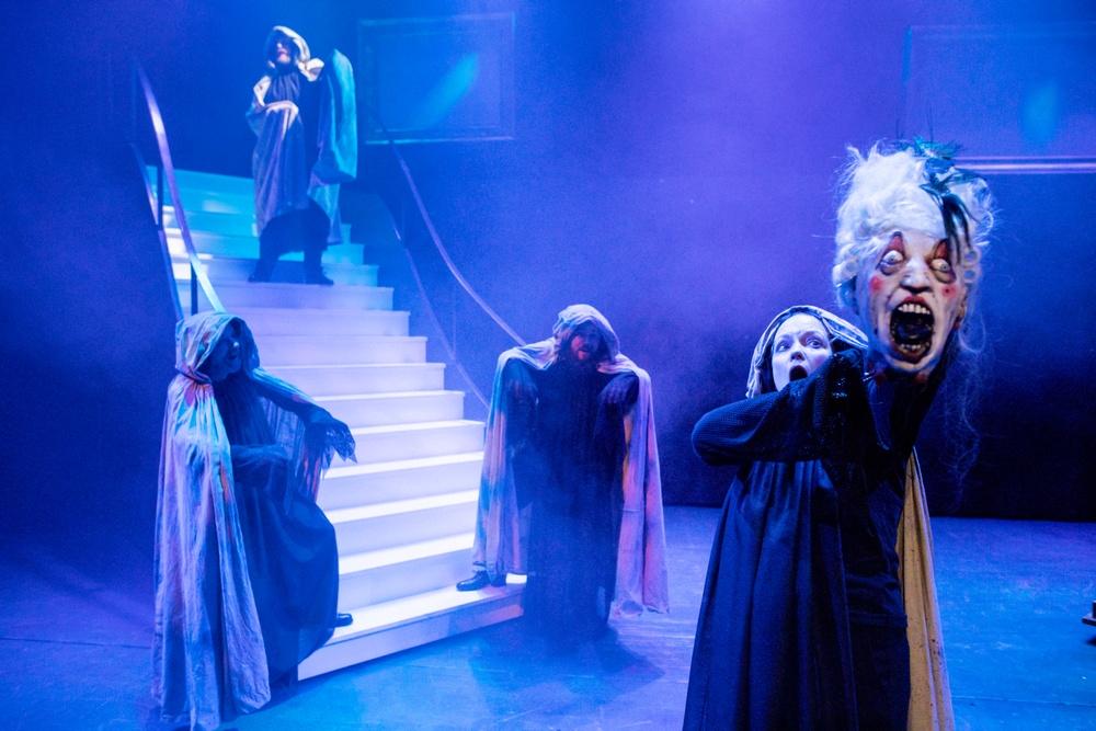 """Teaterspektaklet är Västerbottensteaterns jubileumsföreställning 2020 (40 år som länsteater!) med """"retroaktiv"""" premiär 3 mars 2021. I bild: Sonja Lindblom. Foto: Patrick Degerman."""