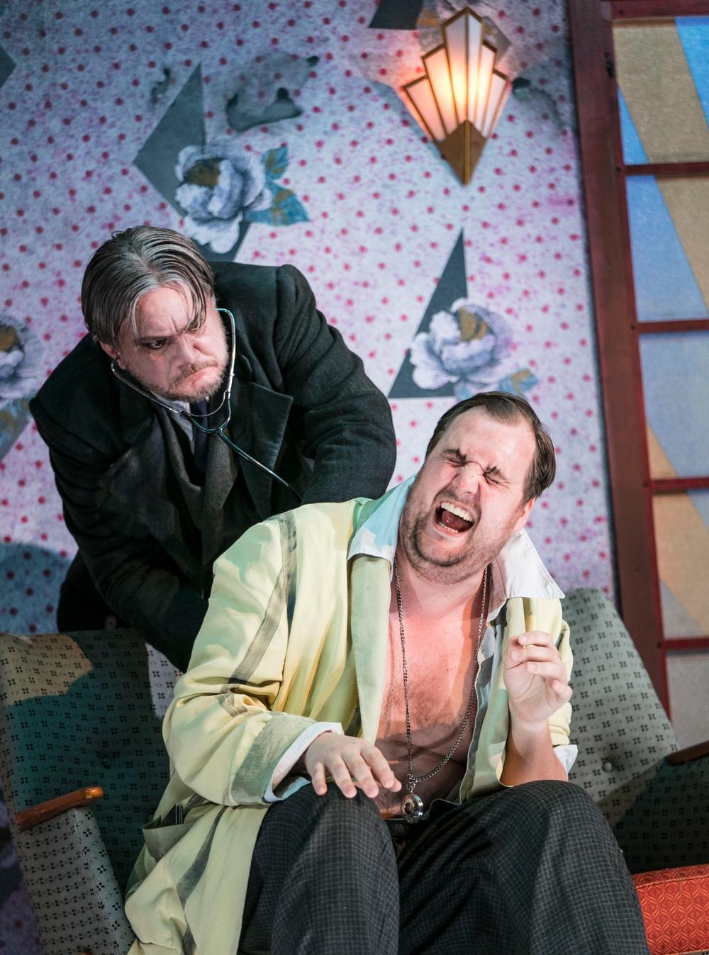 Dr. Julius Falke (Anders Larsson) och Gabriel Eisenstein (Anton Ljungqvist)