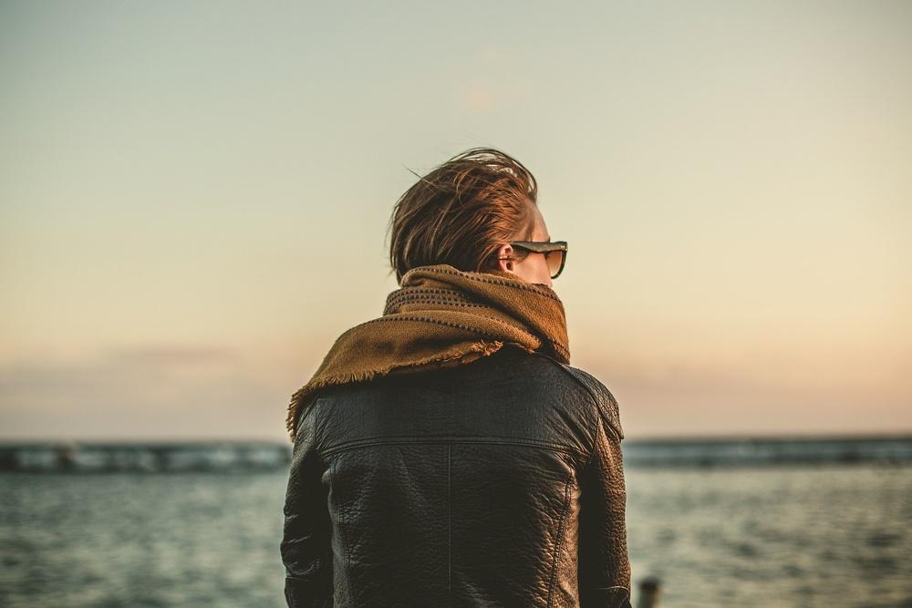 Gratis bild från Pixabay: Hoppful person i skinnjacka och halsduk som ser ut över havet