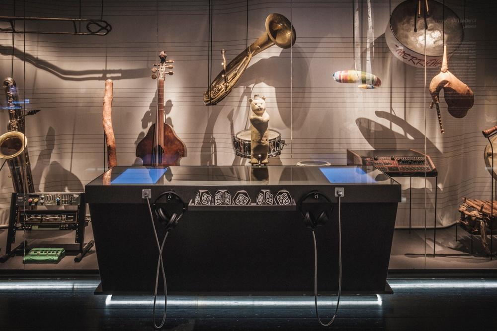 I Samplingsbaren kan besökaren mixa sin egen låt med hjälp av samplade instrument från museets samling. Foto: Jonas André