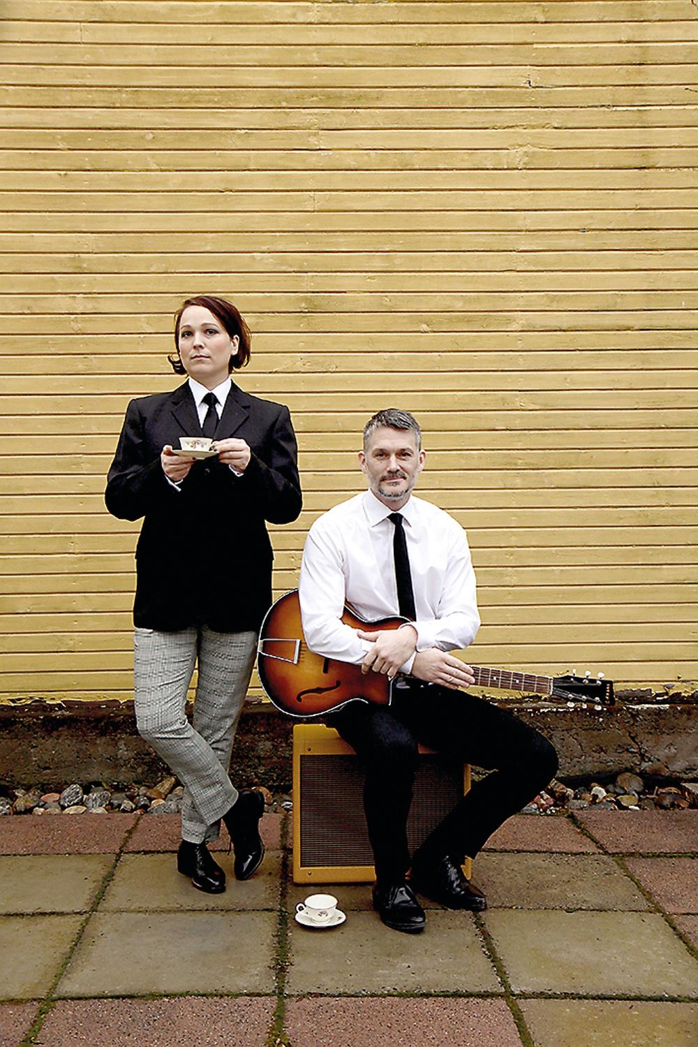Saga Eserstam och Hans Ericsson i All You Need Is Beatles, Västerbottensteatern våren 2021. Foto: Johan Lindström.
