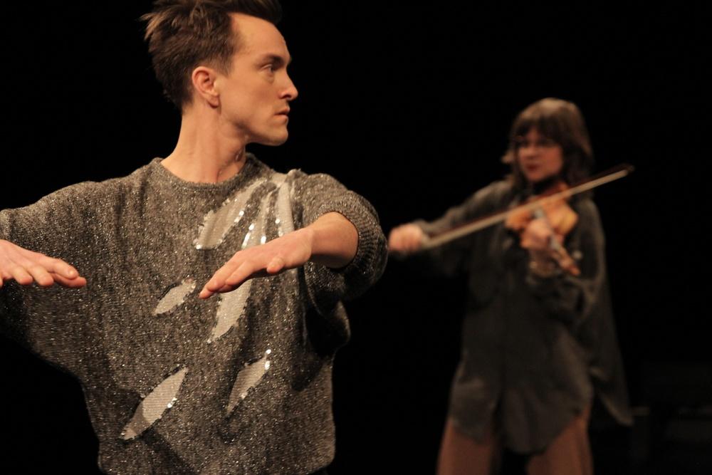 På bilden: Dansaren Sindri Runudde och musikern Sara Parkman.