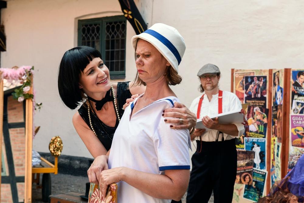 Annika Mandahl som aktrisen Birgit och Kristina Bakran som aktrisen Kerstin, i bakgrunden Ivan Bakran som spelar rekvisitören Knut. Foto: Viveca Ohlsson/Kulturen