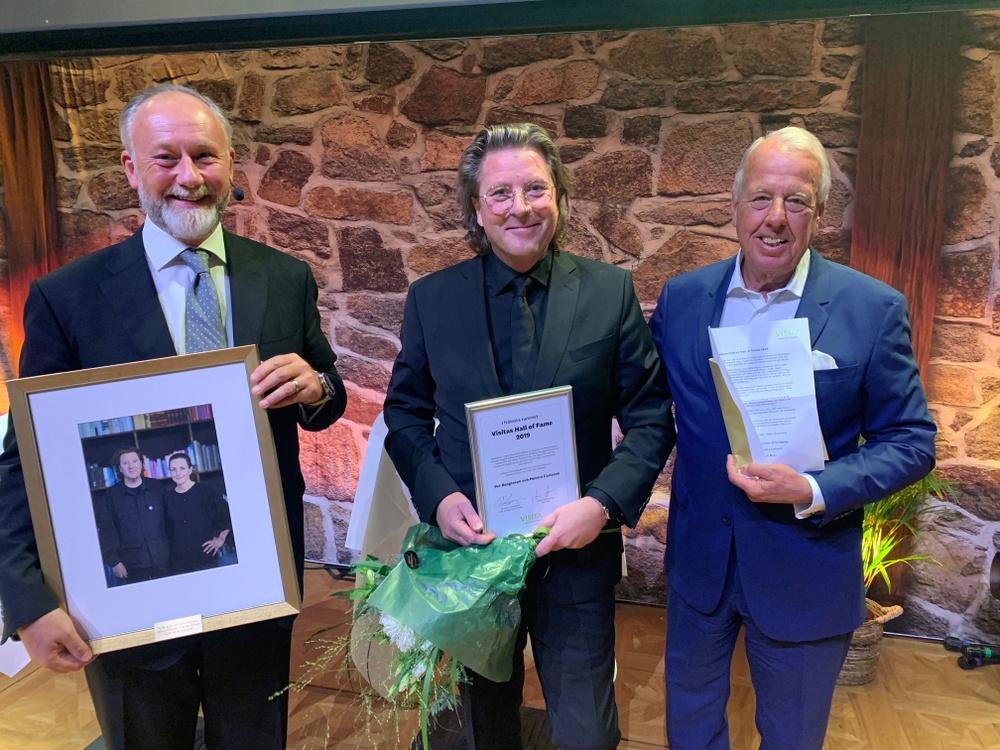 Per Bengtsson, vinnare av Hall of Fame, tillsammans med Jonas Siljhammar, vd Visita (t.v.) och Christer Johansson, juryns ordförande. Foto: Visita