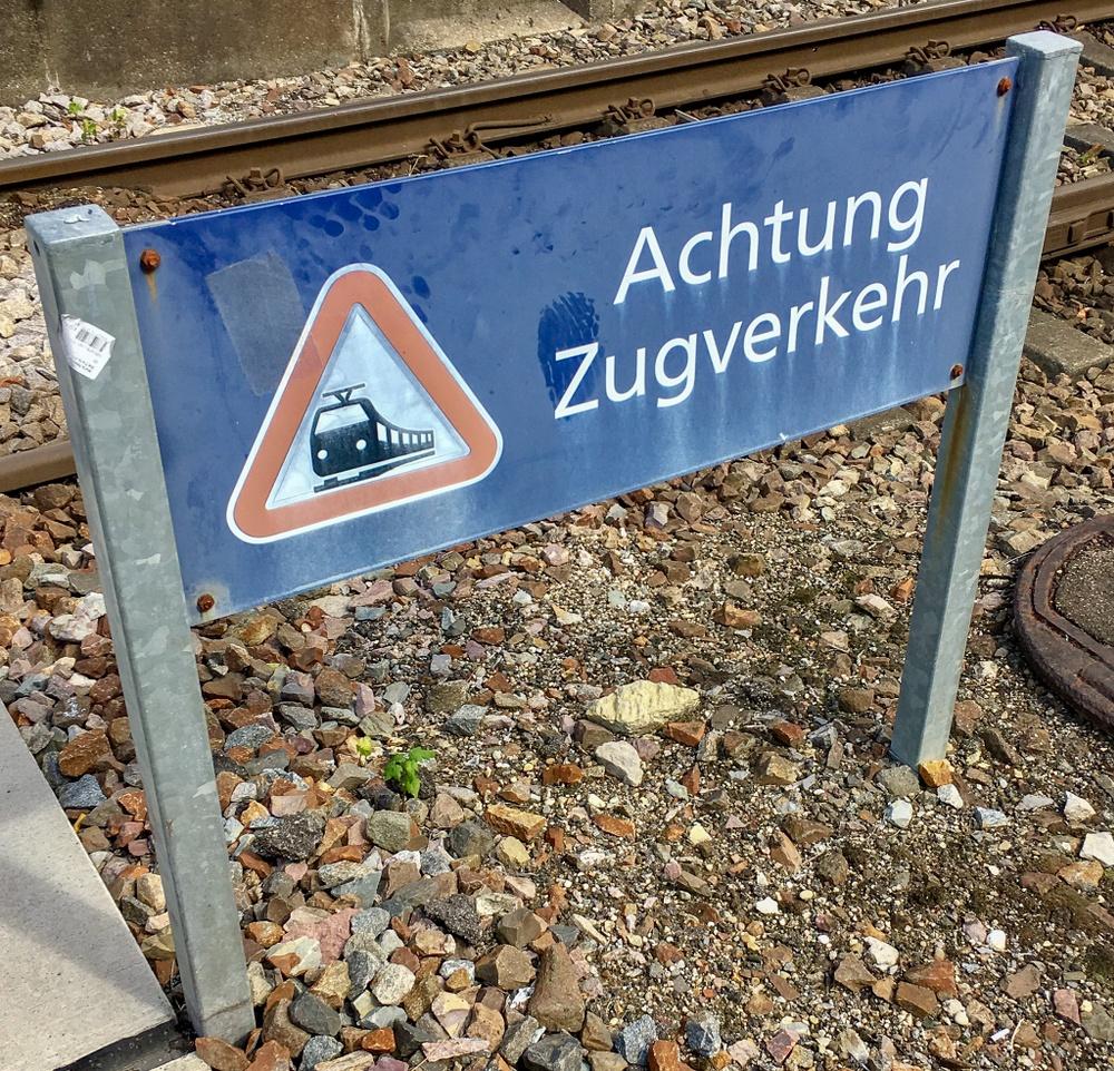 Skylt med varning för tåg.