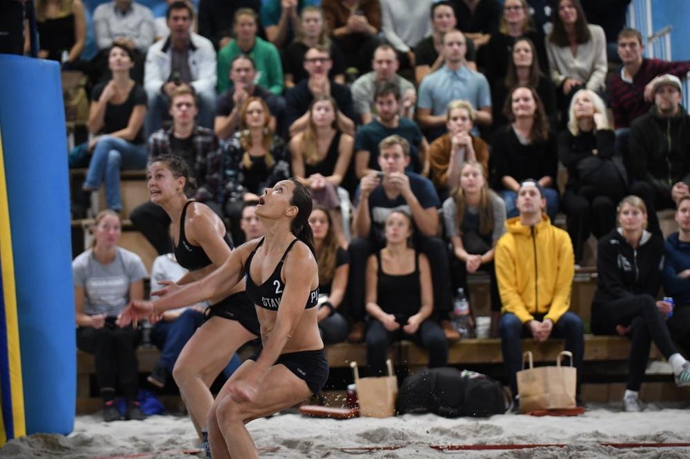 Publiken kommer när det vankas Nevza Beach Sweden och Halloween Cup i Beach Center i Kviberg, Göteborg. Fjolårsvinnarna ser framåt (Sigrid Simonsson) och uppåt (Anne-Lie Rininsland). Foto: Johanna Svensson.