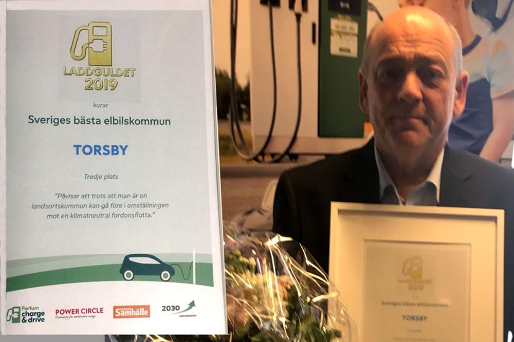 Kommundirektör Thomas Stjerndorff tar emot bronsdiplomet om Sveriges bästa elbilskommun