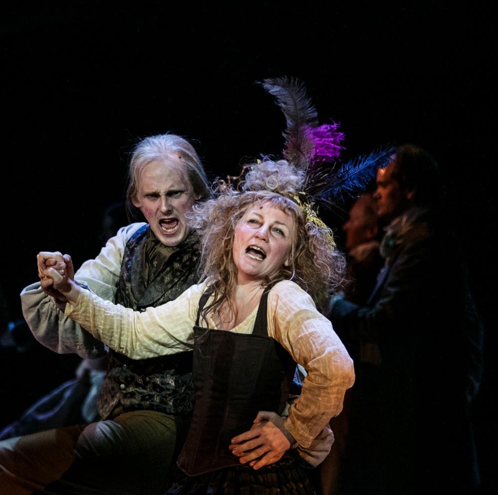 Thénardier (Jonas Schlyter) och Madame Thénardier (Jenny Norén)