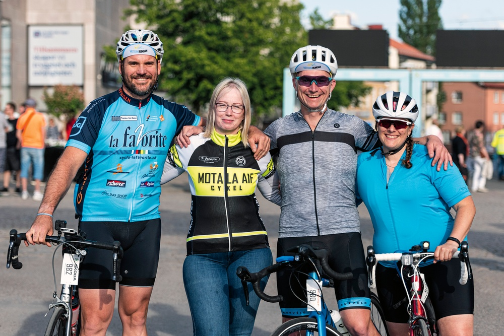 Marius Midtskogen från Norge, Francisco Ferreira Pinto från Schweiz, Cori Chesnutt från USA och Helene Johansson från Borensberg har tränat tillsammans i den digitala plattformen Zwift och bestämde sig för att cykla Vätternrundan ihop.  Foto: Petter Blomberg