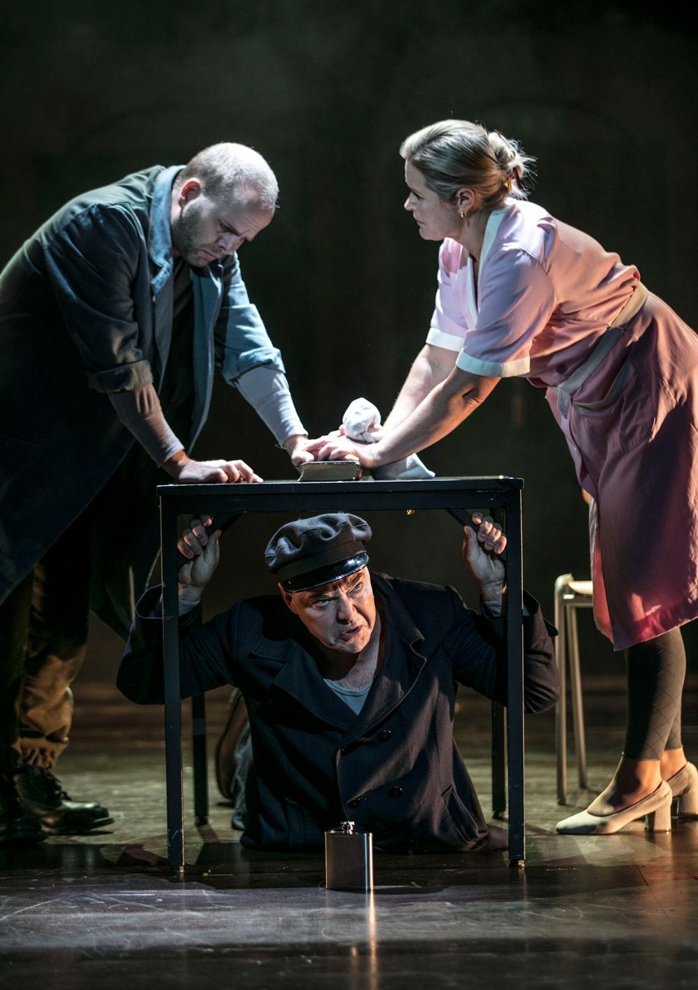 Manolios (Niklas Björling Rygert) och Lenio (Anna-Maria Krawe). Under bordet: Captain7Commentator (Peter Kajlinger)