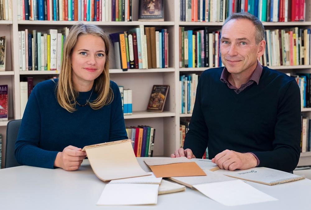 Forskningsprojektet Astrid Lindgren-koden. Malin Nauwerck och Anders Hast tittar i stenogramblock Karlsson på taket flyger igen. Foto: Eva Dalin