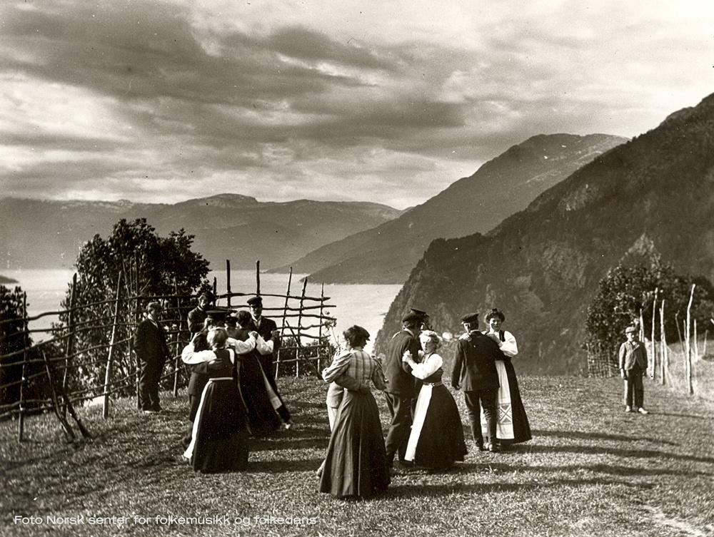 Äldre tiders pardans i Norge. Foto: Norsk senter for folkemusikk og folkedans