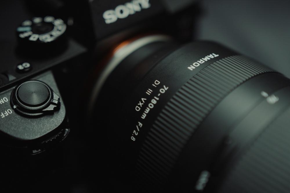 Tamron 70-180 mm F / 2.8 Di III VXD najlżejszy i najbardziej kompaktowy obiektyw do pełnoklatkowych bezlusterkowców Sony E
