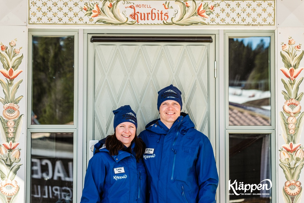 Gustav & Lena Eriksson framför Hotell Kurbits
