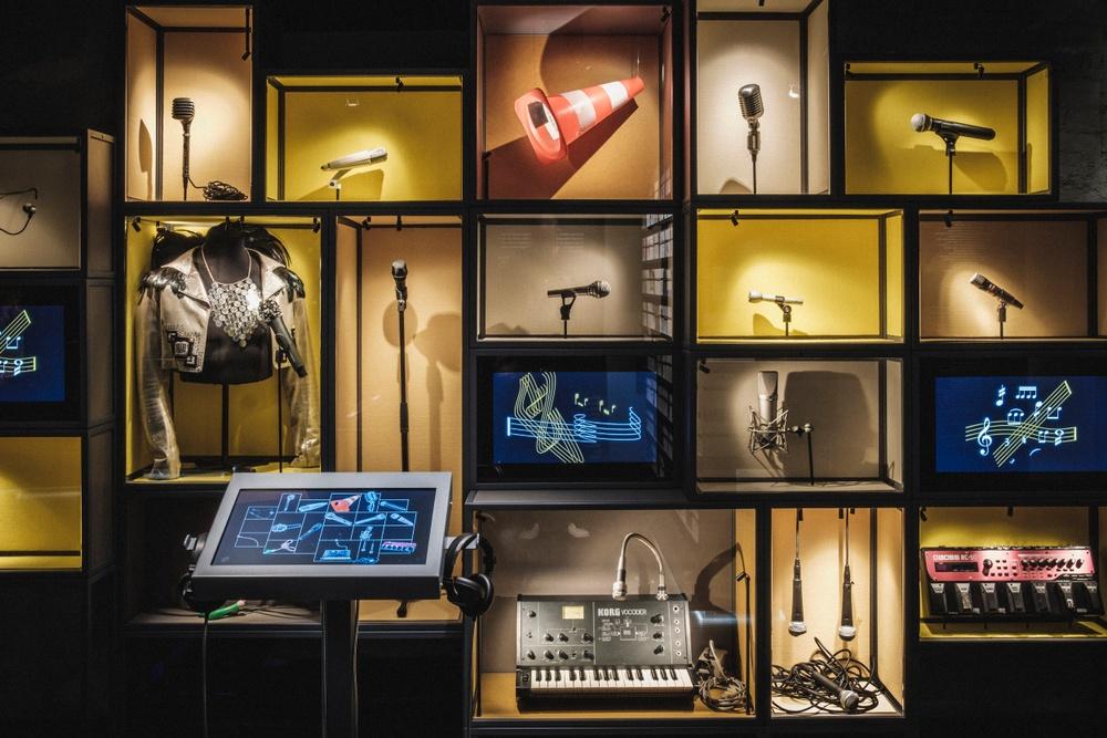 Utställda mikrofoner på Scenkonstmuseet. Foto: Jonas André